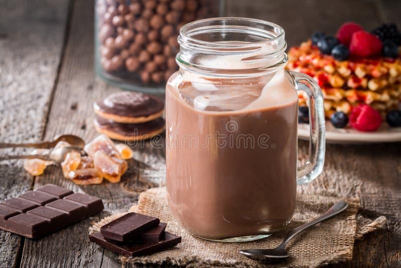 vidrio de batido de leche del chocolate para el desayuno imágenes de archivo libres de regalías