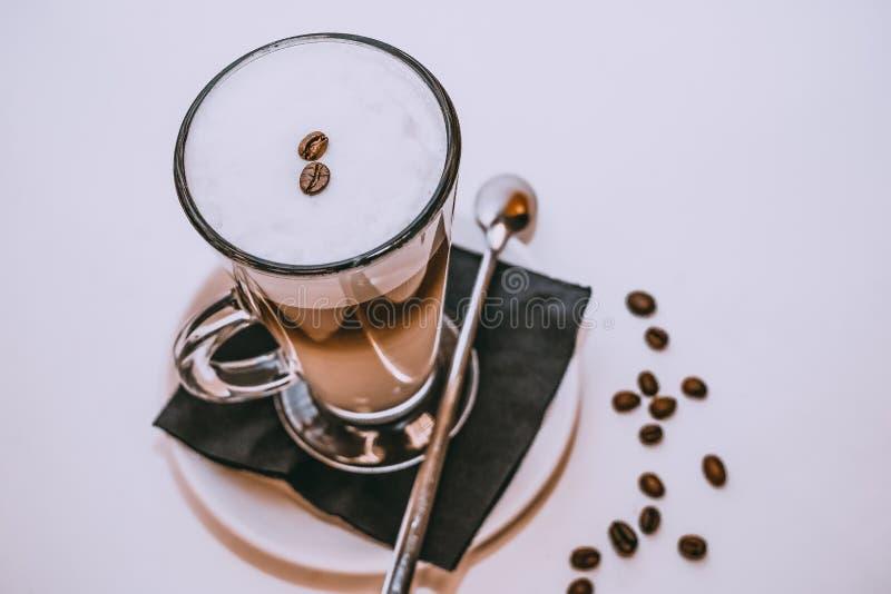 Vidrio de bebidas del café Latte del café y moca del café Foto entonada capuchino, latte en una taza de cristal largetransparent foto de archivo