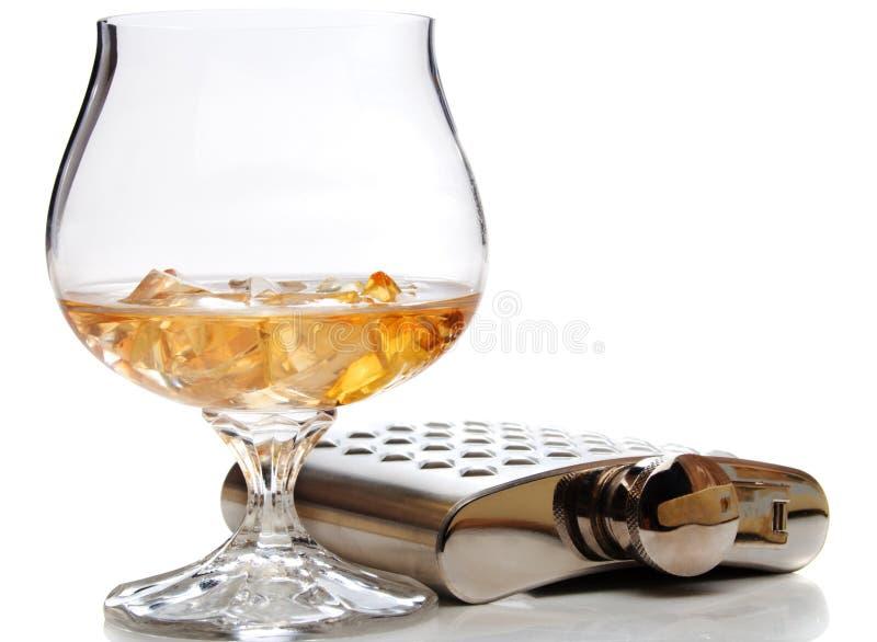 Vidrio de brandy y frasco de la cadera fotos de archivo