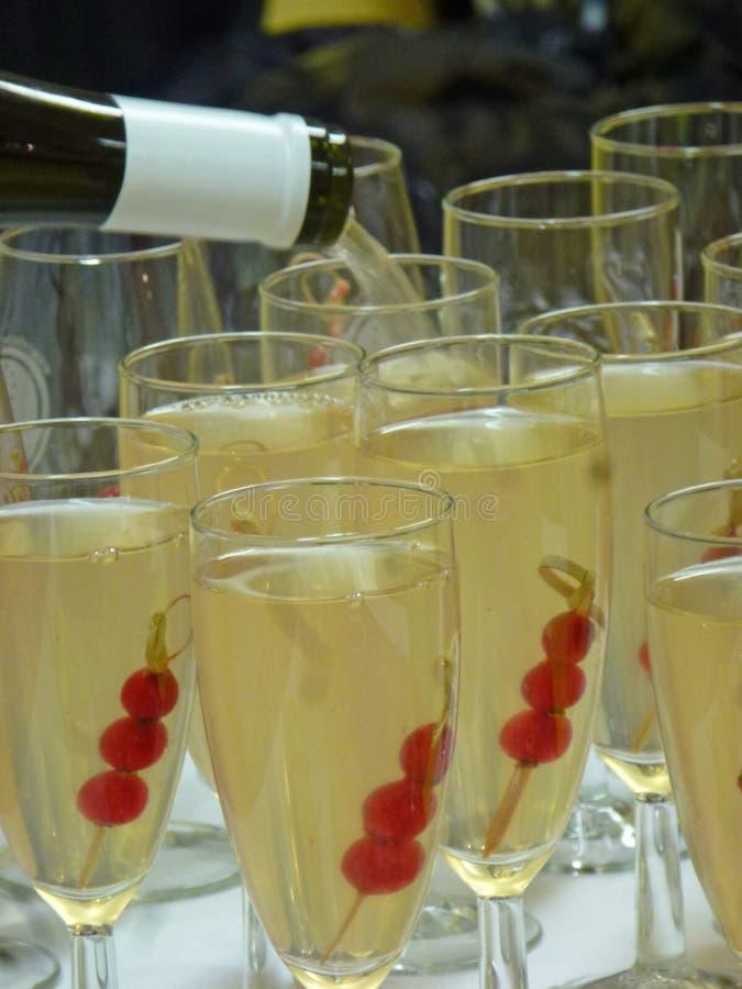 Vidrio de cóctel con el limón y agua tónica y campari imágenes de archivo libres de regalías
