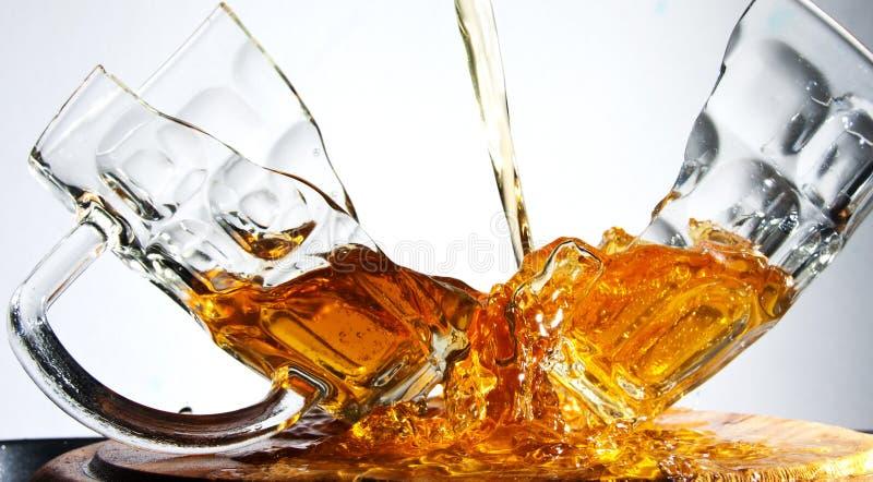 Vidrio de cerveza agrietado imagen de archivo