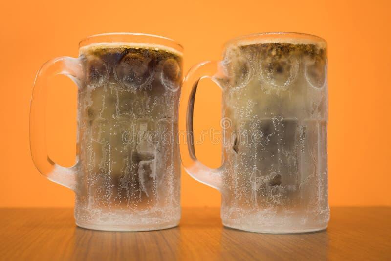 Vidrio de cerveza clásico escarchado de raíz del primer con la condensación fotos de archivo libres de regalías