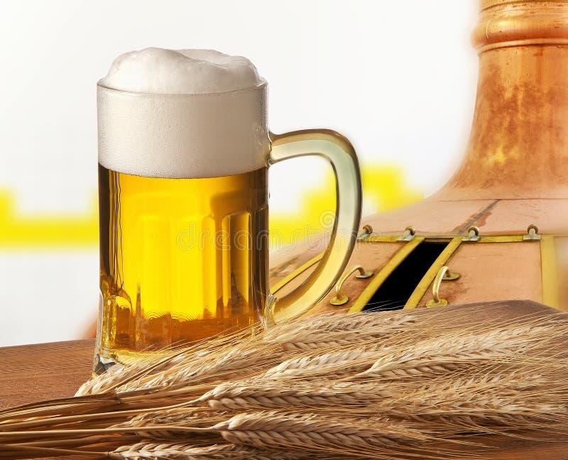 Vidrio de cerveza con la cebada i fotografía de archivo libre de regalías