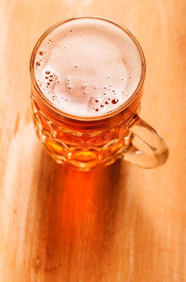 Cerveza de cerveza dorada en la tabla fotografía de archivo