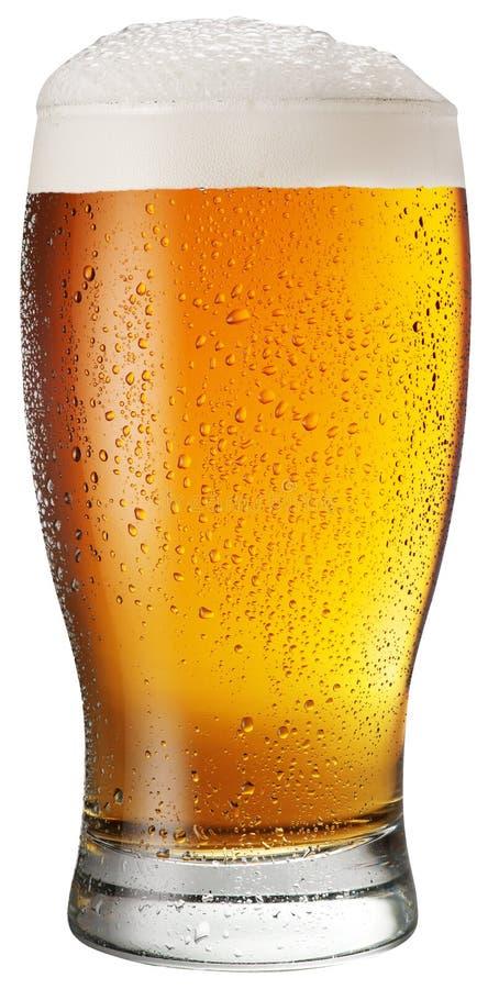 Vidrio de cerveza en el fondo blanco imagen de archivo