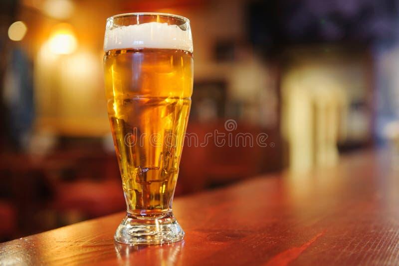 Vidrio de cerveza en la barra imágenes de archivo libres de regalías