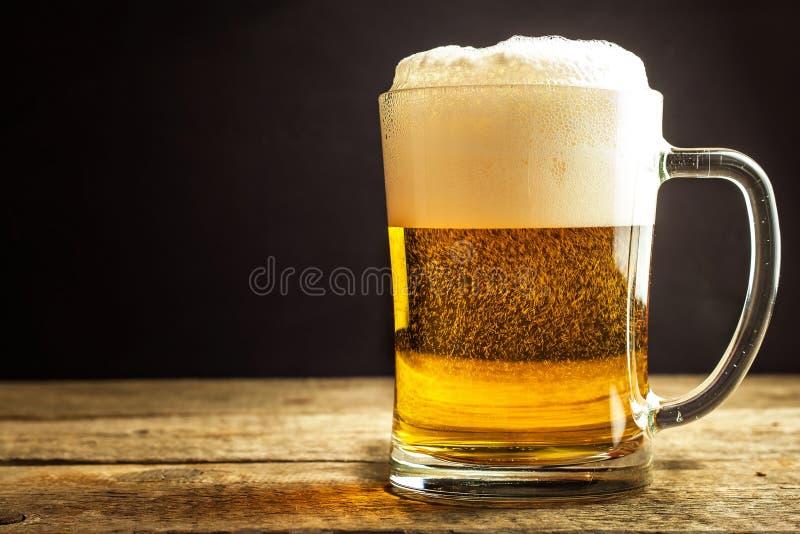 Vidrio de cerveza en un fondo negro Ventas del alcohol Cerveza en un vidrio Cerveza checa fotografía de archivo libre de regalías