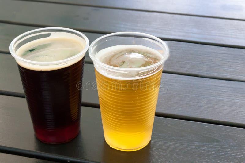 Vidrio de cerveza en una tabla de café del verano imagen de archivo libre de regalías