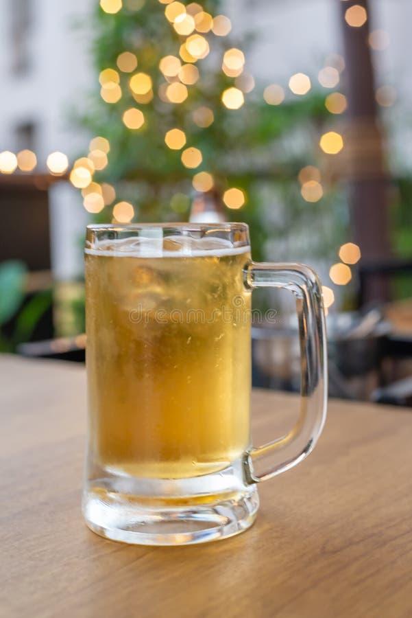 Vidrio de cerveza fría en una escena de la barra en el fondo imagen de archivo