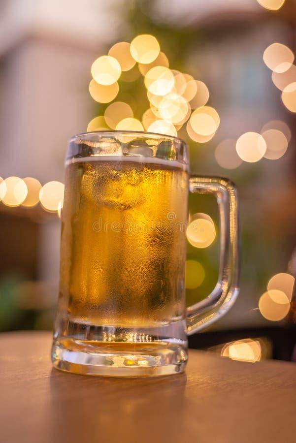 Vidrio de cerveza fría en una escena de la barra en el fondo imagen de archivo libre de regalías