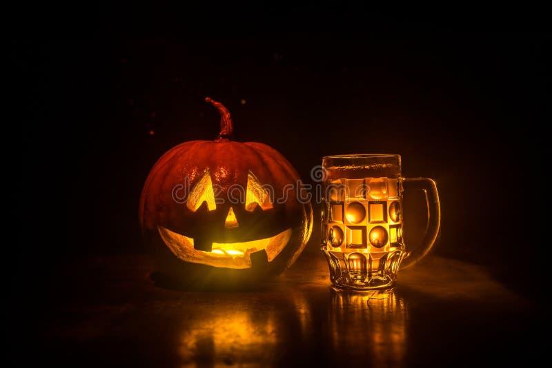 Vidrio de cerveza ligera fría con la calabaza en un fondo de madera para Halloween Vidrio de la cerveza y de la calabaza frescas  fotografía de archivo