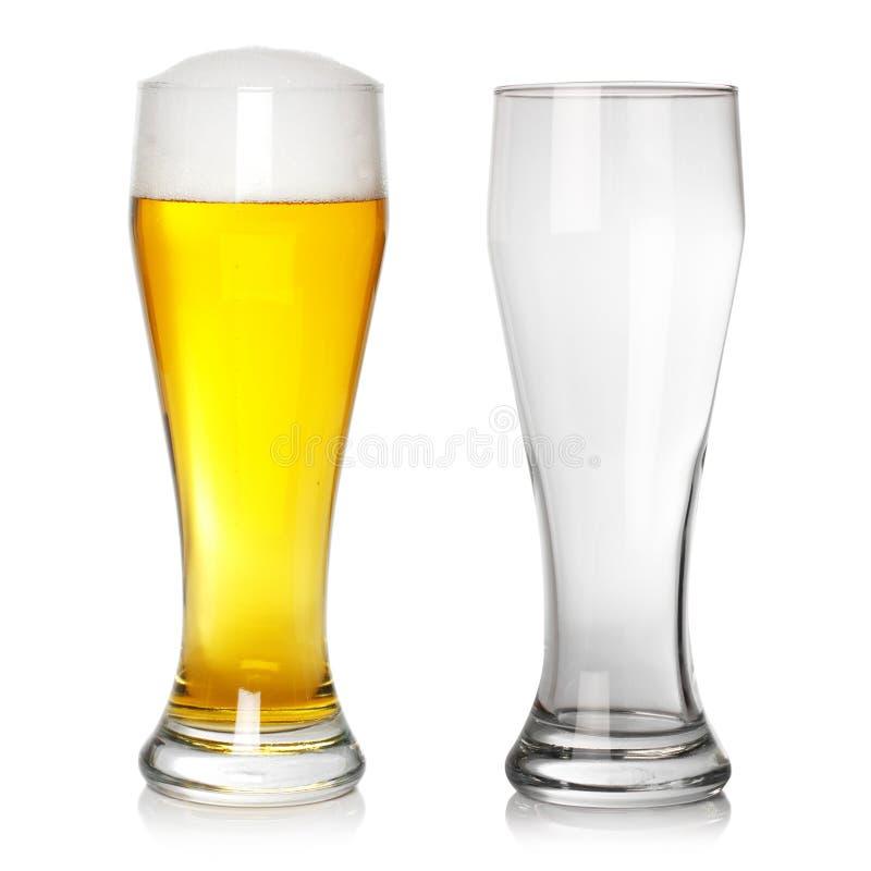 Vidrio de cerveza lleno y vacío imagen de archivo libre de regalías