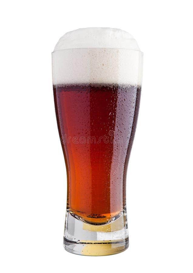 Vidrio de cerveza marrón de la cerveza inglesa con la espuma aislada fotos de archivo libres de regalías