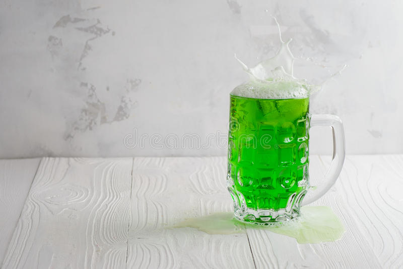 Vidrio de cerveza verde con el chapoteo imágenes de archivo libres de regalías
