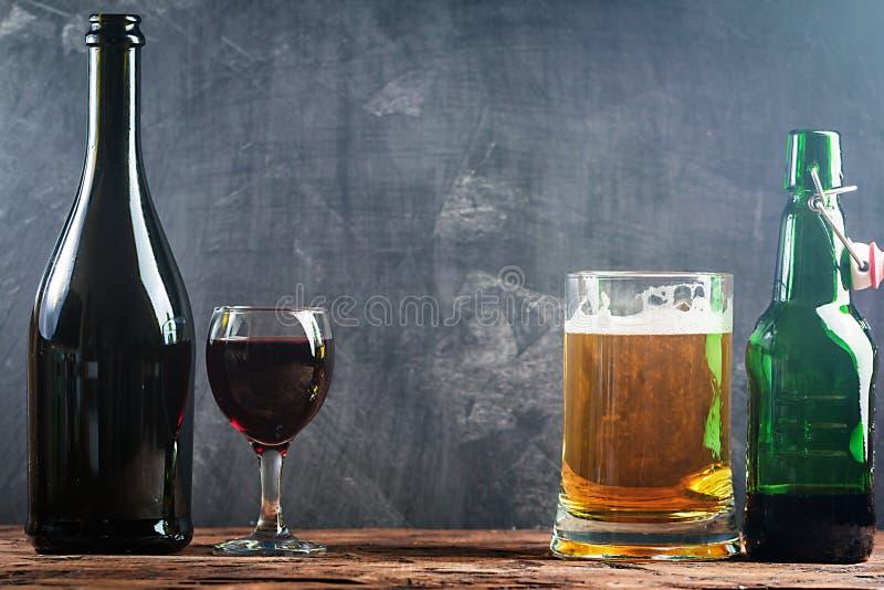 Vidrio de cerveza y de vino rojo imagen de archivo libre de regalías