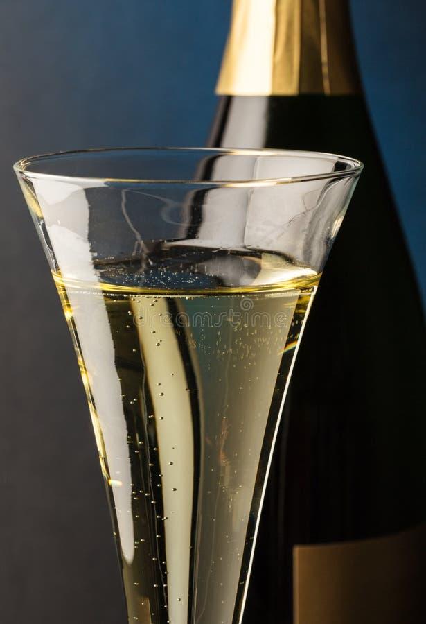 Vidrio de Champán con la botella del champán fotos de archivo libres de regalías
