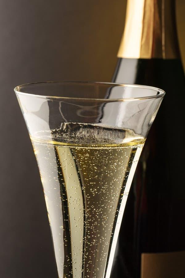 Vidrio de Champán con la botella del champán imagenes de archivo