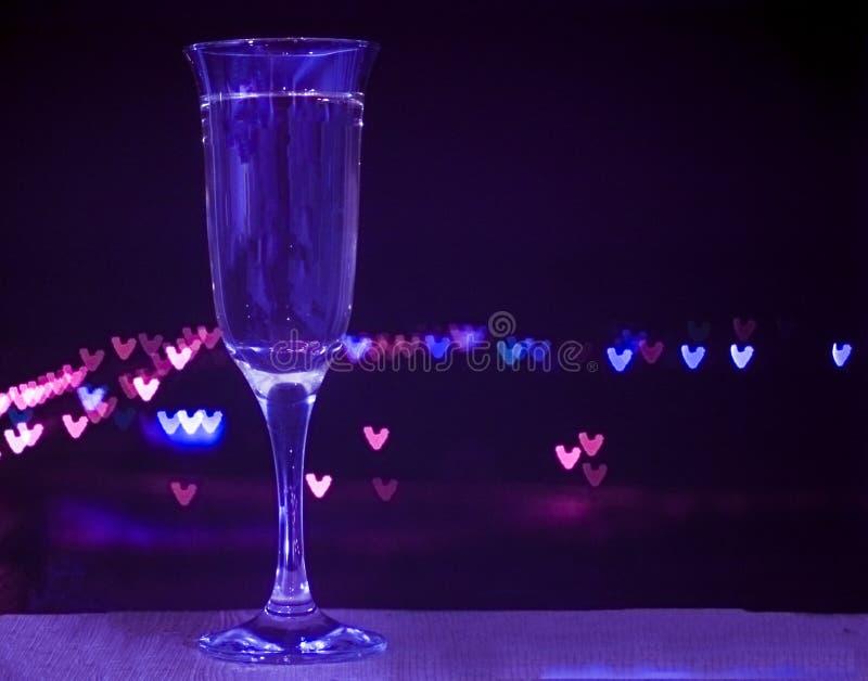 Vidrio de champán en fondo del bokeh fotografía de archivo