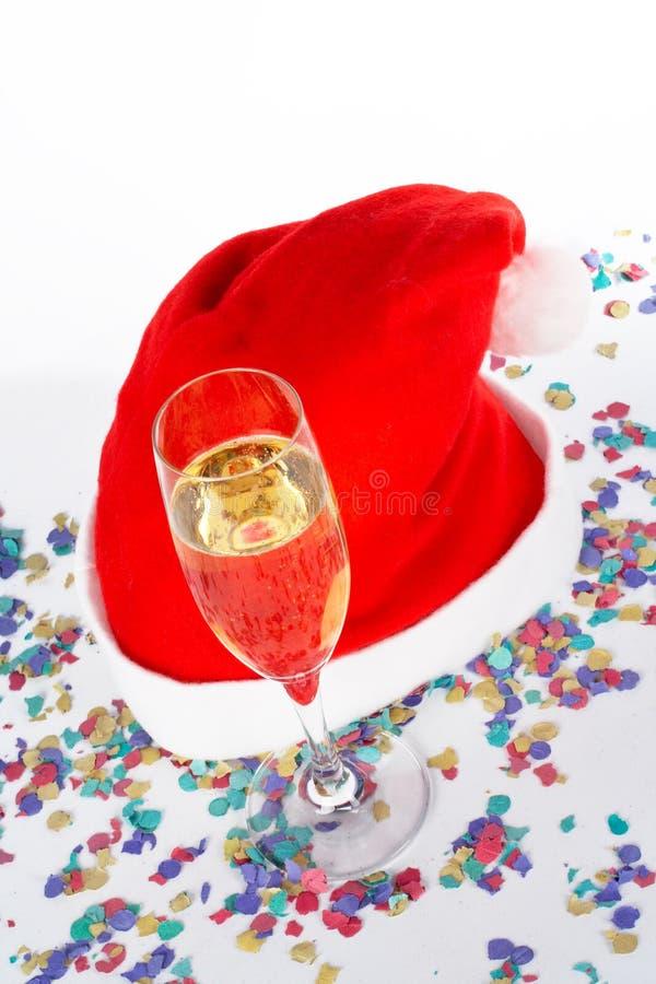 Vidrio de Champán y sombrero de la Navidad con las cintas imagen de archivo