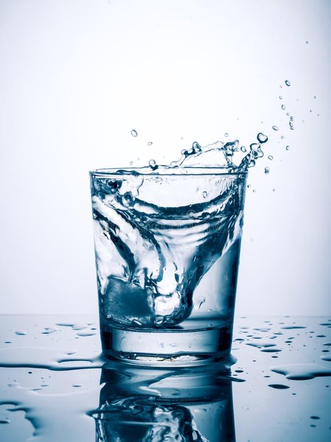 Vidrio de chapoteo del agua fotografía de archivo libre de regalías