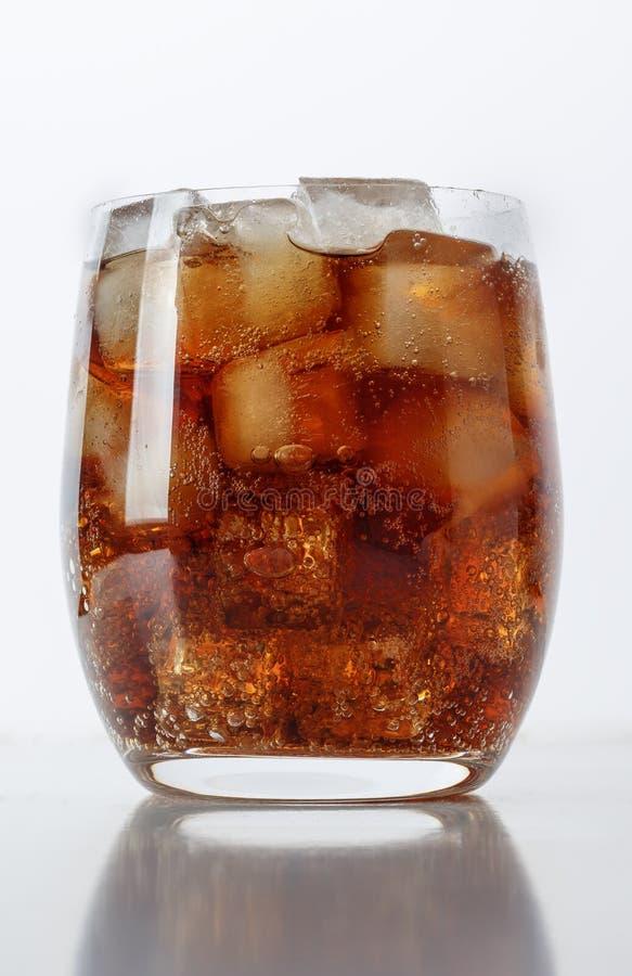 vidrio de Coca-Cola con hielo foto de archivo libre de regalías