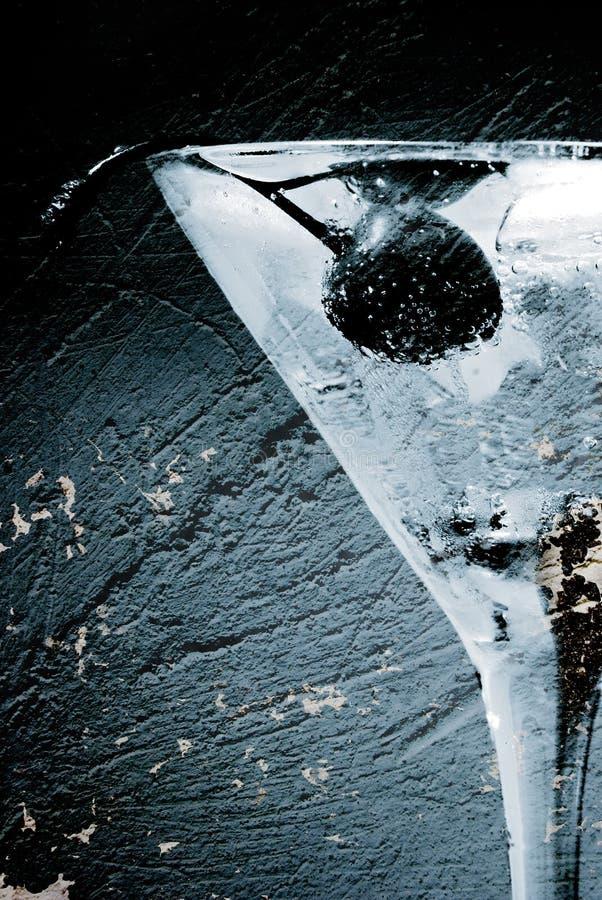 Vidrio de coctel sobre la pared vieja foto de archivo libre de regalías