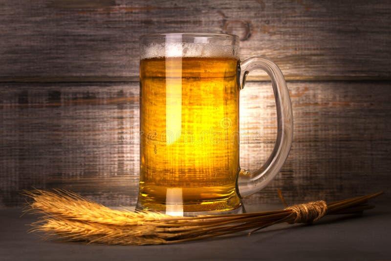 Vidrio de grano de cereal de la cerveza y de la cebada Todavía de la cerveza vida foto de archivo libre de regalías