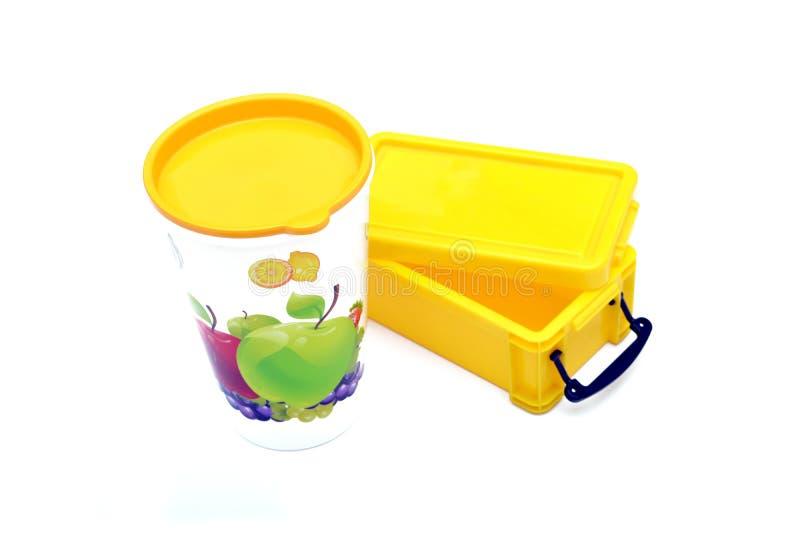 Vidrio de jugo con la fiambrera aislada en blanco foto de archivo