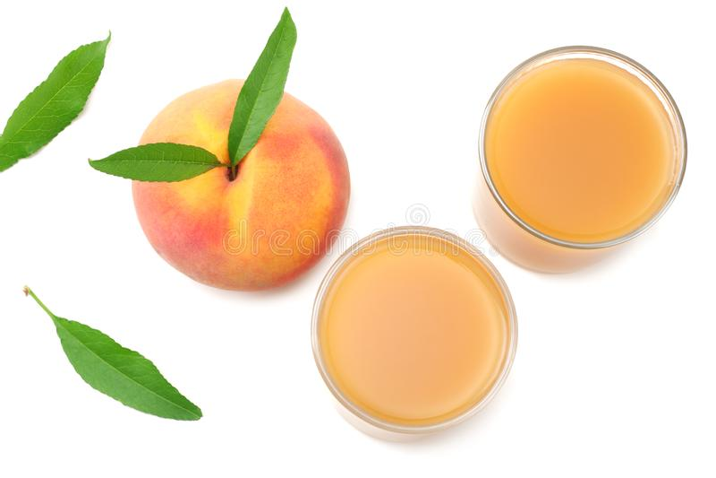 vidrio de jugo del melocotón con la fruta del melocotón y la hoja verde aisladas en el fondo blanco Visi?n superior imagen de archivo