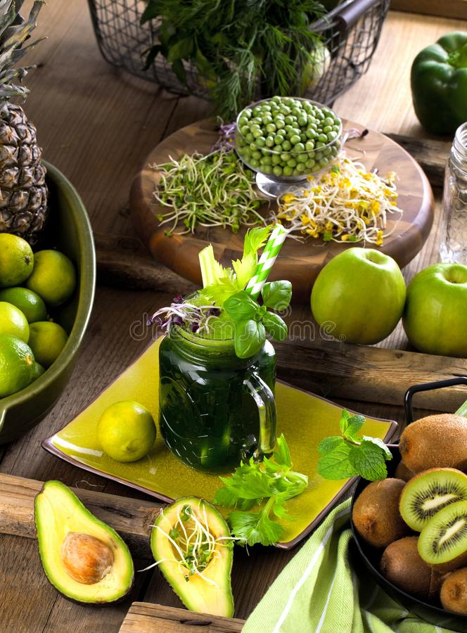 Vidrio de jugo de las verduras frescas en fondo de madera oscuro imágenes de archivo libres de regalías