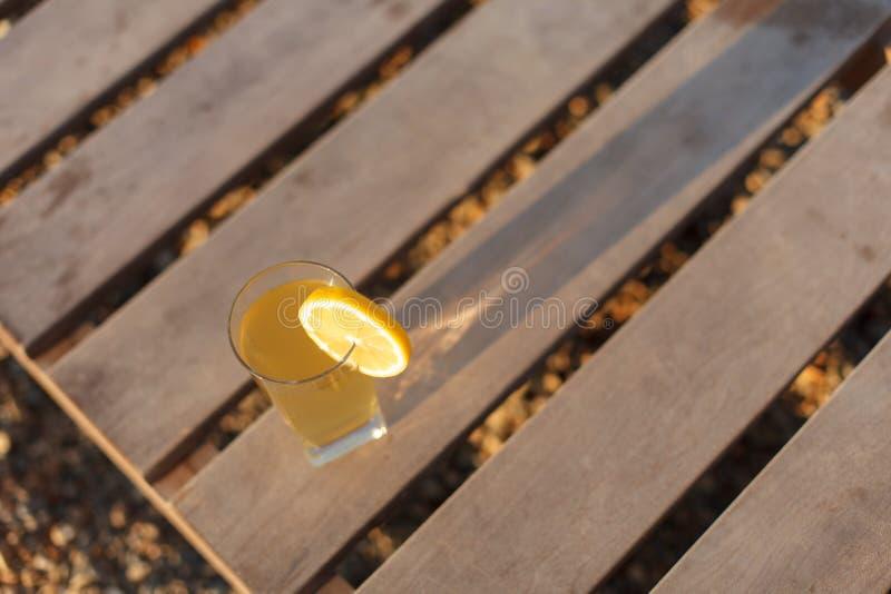Vidrio de la bebida fría en la opinión superior del viejo fondo de madera, foco selectivo fotos de archivo libres de regalías