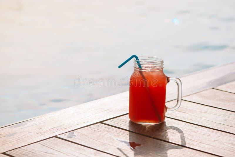 Vidrio de la bebida fresca del jugo del smoothie de la sandía en la frontera de un interruptor fotos de archivo