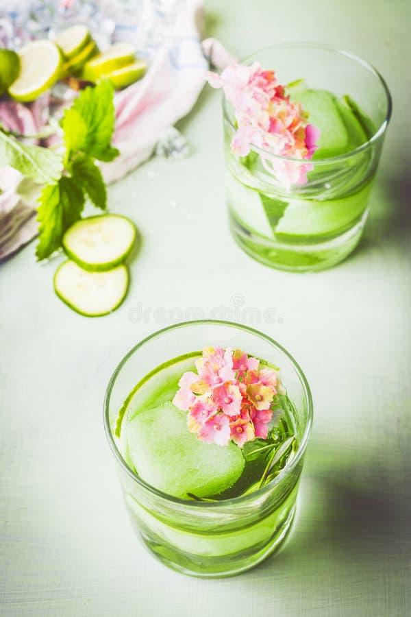 Vidrio de la bebida helada verde del romero del pepino Bebida de restauraci?n con hielo Agua infundida Bebidas sanas del verano h fotografía de archivo libre de regalías