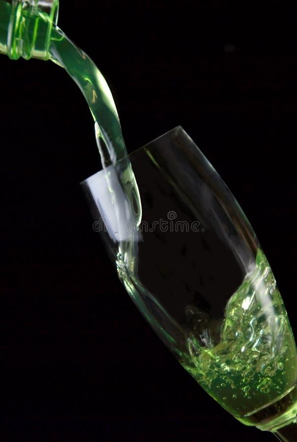 Vidrio de la bebida vertido