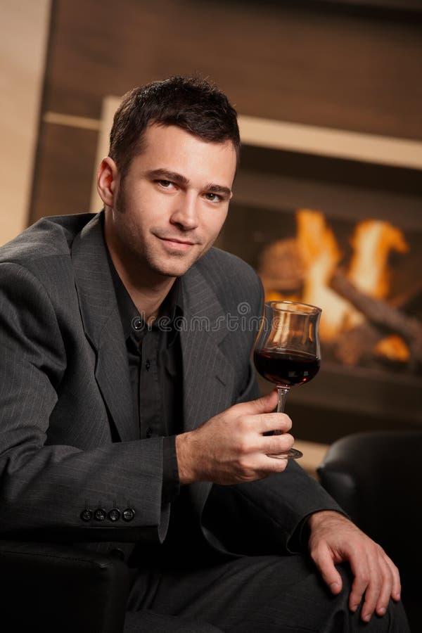 Vidrio de la explotación agrícola del hombre de negocios de vino imagen de archivo