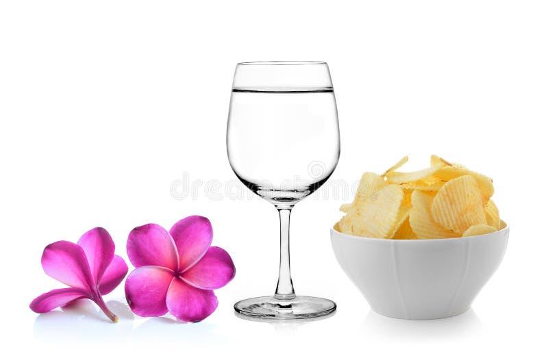 Vidrio de la flor del frangipani del agua, cuenco de patatas fritas fotografía de archivo libre de regalías