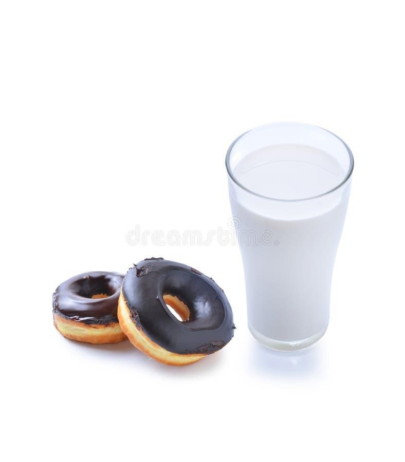 Vidrio de la leche y del buñuelo fotografía de archivo