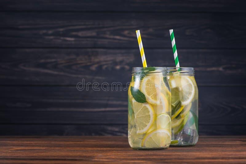 Vidrio de la limonada de la bebida de enfriamiento imágenes de archivo libres de regalías