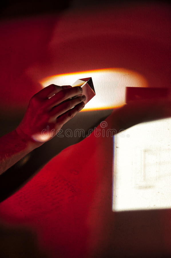 Vidrio de la prisma en luz roja imagenes de archivo