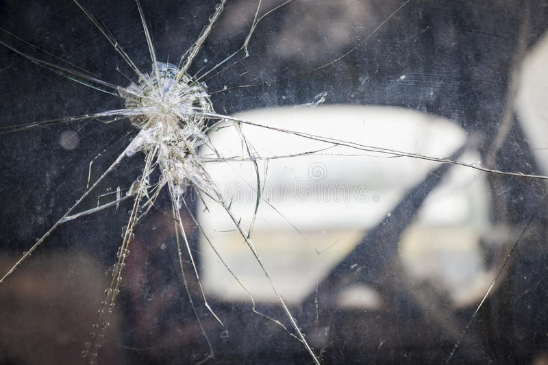 Vidrio de la ventana agrietado en extracto antiguo del camión fotografía de archivo libre de regalías