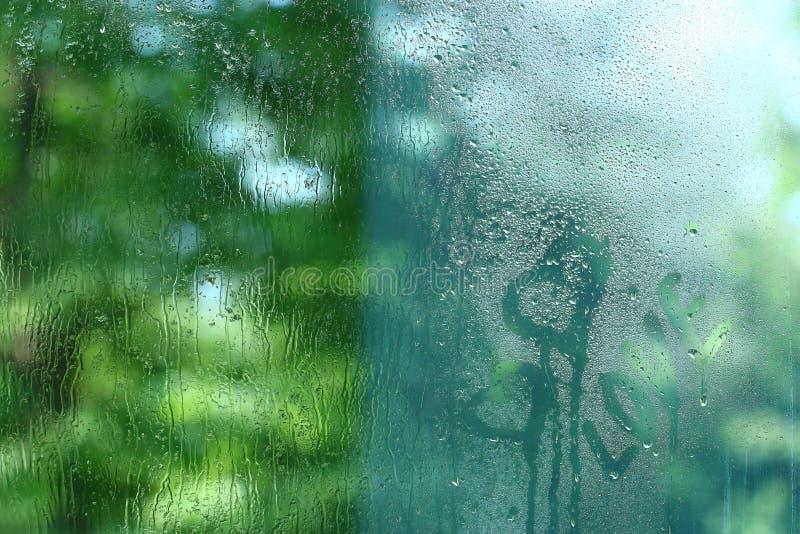 Vidrio de la ventana mojado lluvioso foto de archivo libre de regalías