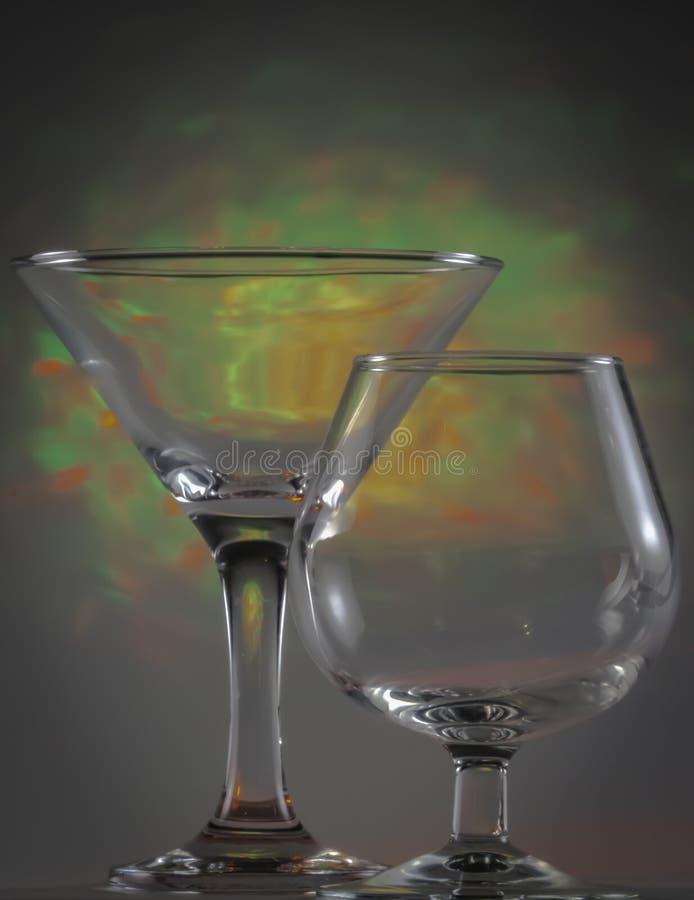 Vidrio de Martini as? como el vidrio del co?ac con destellar luces ?mbar verdes claras y en fondo imagenes de archivo