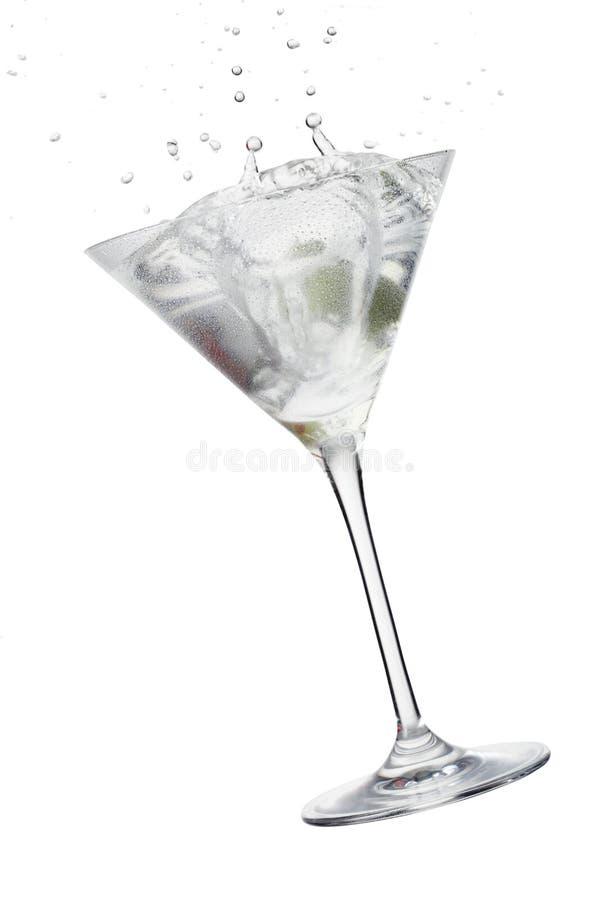 Vidrio de Martini, coctel con el chapoteo verde oliva foto de archivo libre de regalías
