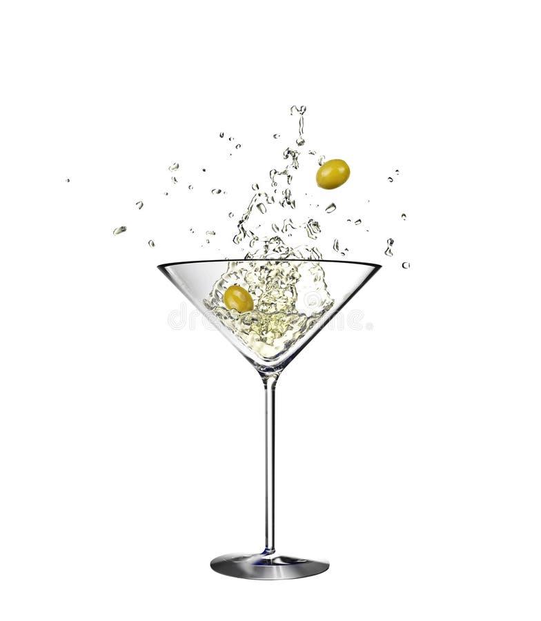 Vidrio de Martini con descensos del agua con las aceitunas aisladas en el fondo blanco representaci?n 3d imagen de archivo libre de regalías