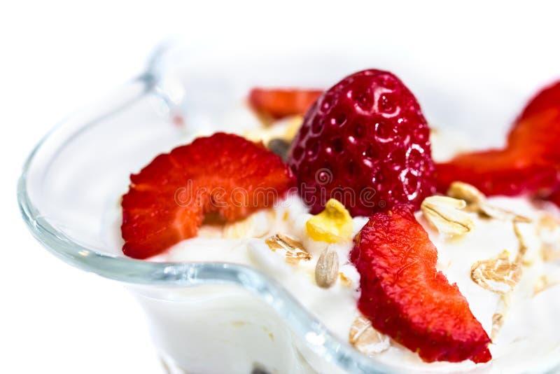 Vidrio de Muesli con las fresas y el yogur fotos de archivo libres de regalías