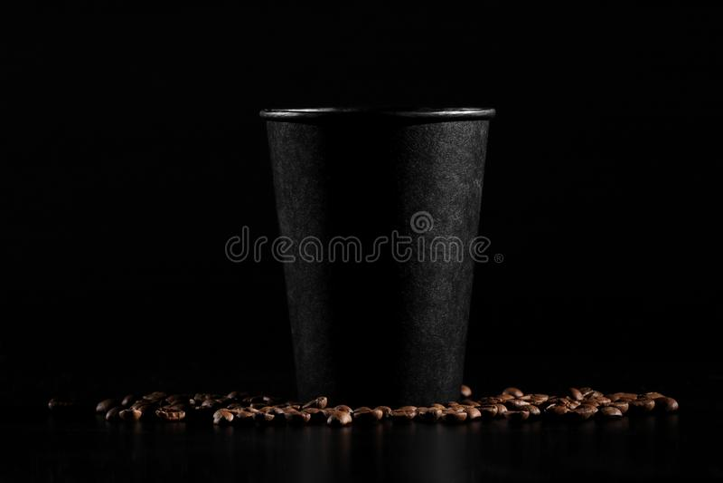 Vidrio de papel negro en fondo negro Granos de café en un fondo oscuro Buenos días fotos de archivo libres de regalías