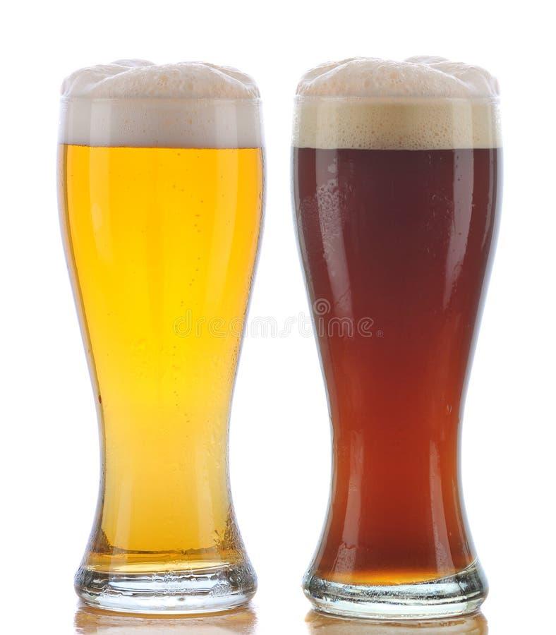 Vidrio de Pilsner y de cerveza inglesa oscura fotografía de archivo libre de regalías