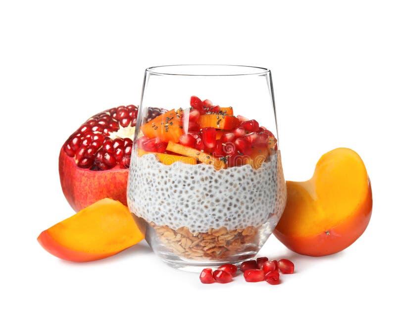 Vidrio de pudín y de frutas sabrosos de la semilla del chia foto de archivo libre de regalías