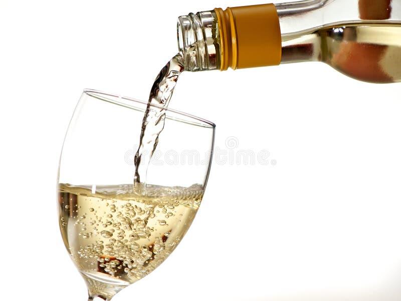 Vidrio de relleno con el vino blanco imagenes de archivo