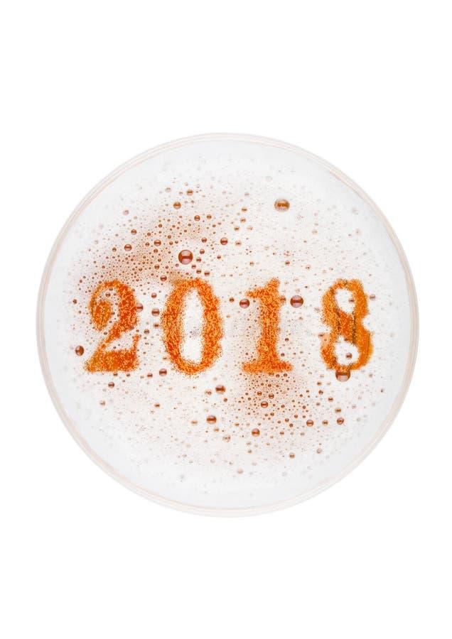 Vidrio de top de la cerveza de la cerveza inglesa de la cerveza dorada con los dígitos de 2018 años imágenes de archivo libres de regalías